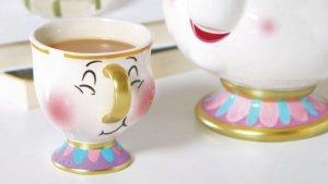 Imagen promocional de la nueva taza Chip de Primark junto a la tetera de la Señora Potts.
