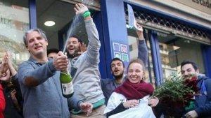 Imatge de gent celebrant un premi de la Loteria.