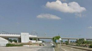 Imatge de l'Avinguda de Charles Darwin de Cambrils. A l'esquerra, la zona esportiva; a la dreta, la riera d'Alforja i al fons, la nova estació de tren.