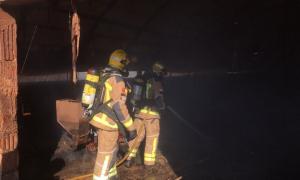 Imatge dels Bombers sufocant les flames a la granja
