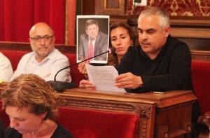 Jordi Martí Font i Laia Estrada (CUP), en la seva intervenció al plenari sobre les plaques franquistes, mostrant una fotografia de l'advocat difunt Carlos Slepoy.