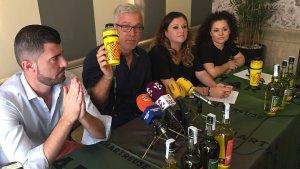 Josep Fèlix Ballesteros, aquest migdia en roda de premsa, ensenyant la imatge del nou barrilet.