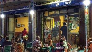 La terrassa del bar Sport de Torredembarra, una nit d'estiu.