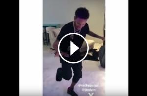 Neymar Jr ballant a peu coix.