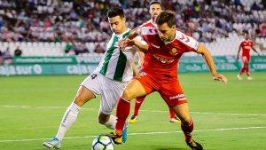 Otar Kakabadze lluita la possessio de la pilota amb un jugador del Córdoba
