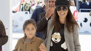 Paula Echevarría junto a su hija Daniela en una playa de Marbella