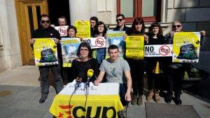 Regidors, militants i simpatitzants de la CUP durant la roda de premsa