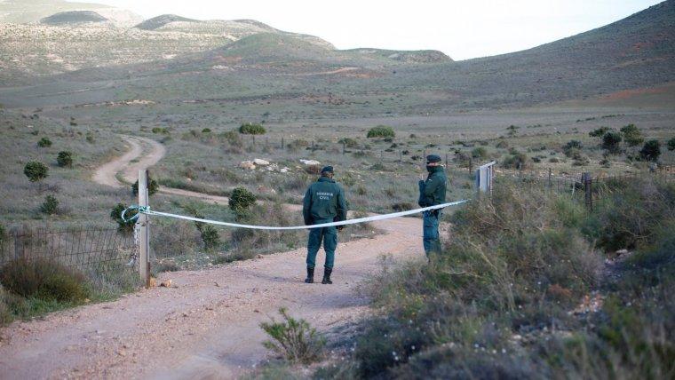 Agentes de la Guardia Civil custodiando las inmediaciones de la finca donde se encuentra el pozo