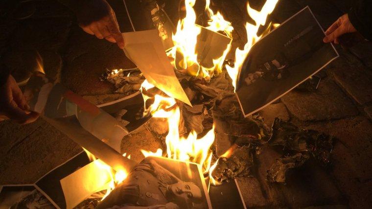 Cremen fotos de Felip VI a la plaça del Mercadal