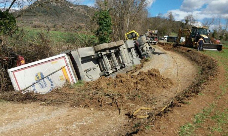 El camió ha bolcat en una carretera local d'accés a una granja.