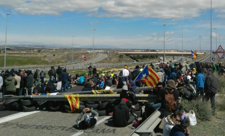 El tall de l'A-2 amb desenes de manifestants