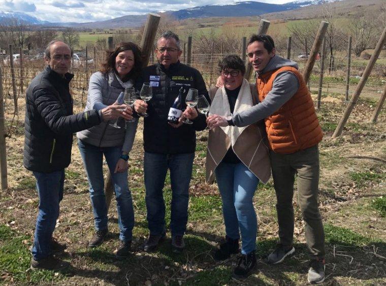 Els cinc socis de Llivins brindant amb una copa del blanc DNEU
