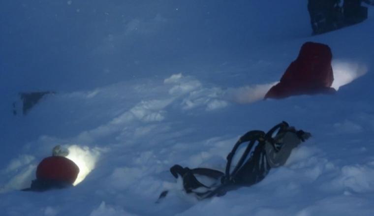 Els excursionistes entre la neu