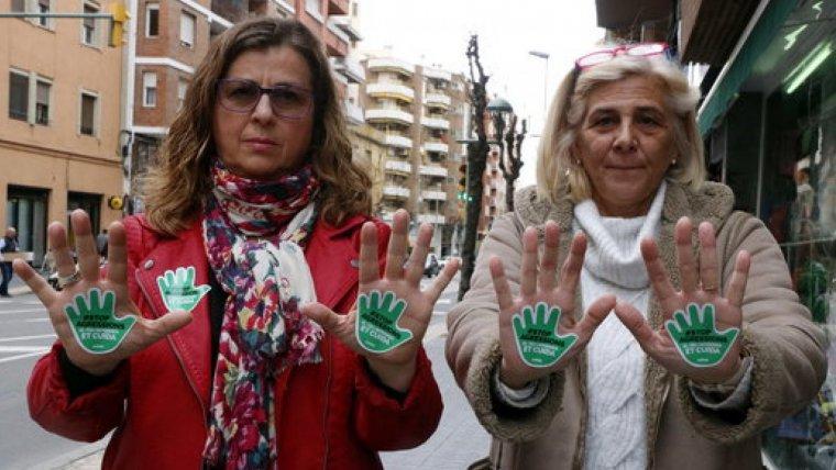 Les responsables del sindicat Satse a Tarragona mostrant les enganxines de la nova campanya contra les agressions al personal d'infermeria
