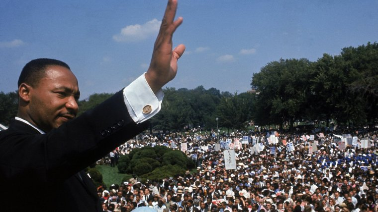 Luther King frente a una multitud en el Lincoln Memorial.