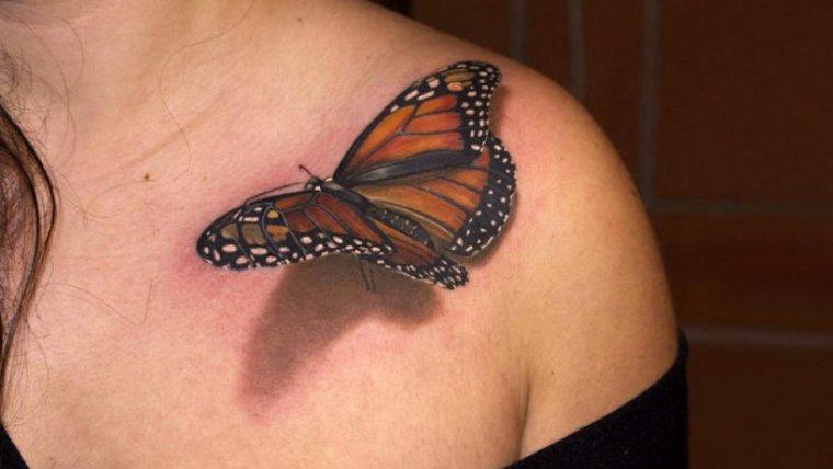 Tatuaje realista de una mariposa.