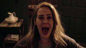 Actriz Sarah Paulson interpretando un papel en American Horror Story.