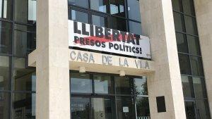 Cambrils retirarà la pancarta de «Llibertat Presos Polítics» de la façana de l'Ajuntament.