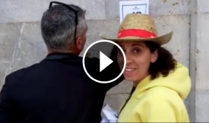 Captura del vídeo on surt la senadora de Cs traient llaços grocs