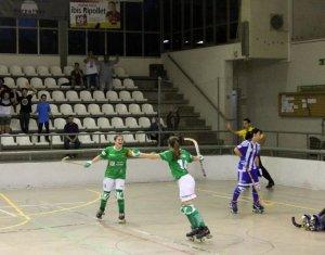 El Cerdanyola CH celebra un gol davant el Voltregà a l'Ok Lliga amb en Geni Jurado festejant a la grada