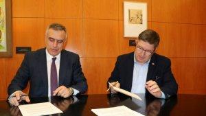 El director general de Transports i Mobilitat, Pere Padrosa, i el rector de la URV, Josep Anton Ferré, en un moment de la signatura del conveni