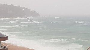 El fort temporal ha deixat escenes hivernals a Lloret de Mar
