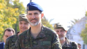 El rey Felipe visita la base de 'El Copero' tras la polémica entre la reina Letizia y doña Sofía