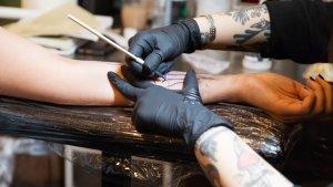 Esta técnica se realiza a mano y es una vuelta al estilo tradicional de tattoo.