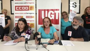 Esther Rodríguez (CCOO), Loli López (UGT) i Paco López (UGT) durant la roda de premsa.