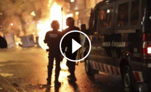 Imatge de dos agents antiavalots dels Mossos d'Esquadra durant els incidents de Can Vies.