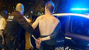Imatge de l'agressor en el moment de ser detingut pels Mossos.