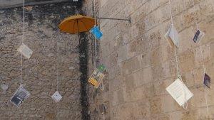 Instal·lació del projecte «Efíemera. Art al carrer», a les Peixateries Velles de Vila-seca.
