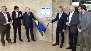 Josep Poblet i Pere Granados destapant la placa inaugural del pavelló de Salou Centre.