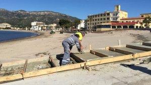La brigada municipal està duent a terme l'habilitació de l'escala.