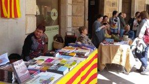 La festivitat de Sant Jordi vindrà marcada per la tradicional venda de llibres i roses a la Plaça Nova de la vila.