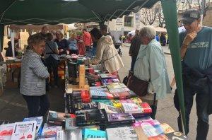 La plaça de les Monges de Torredembarra s'ha omplert de parades per celebrar Sant Jordi