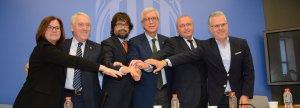 Les autoritats de l'àrea metropolitana tarragonina i el Govern segellen el pacte.