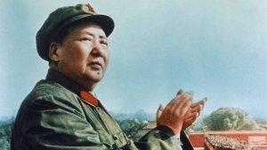 Mao Tse Tung aplaude un desfile militar.