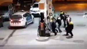Momento en que los Mossos d'Esquadra intentar retener al agresor