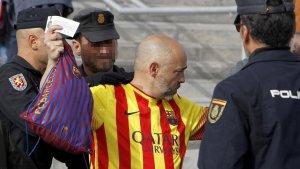 Un aficionat del Barça amb la Policia Nacional abans del duel del dissabte