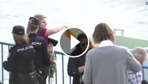 Una afeccionada del Barça llença una samarreta groga per ordre de la policia.