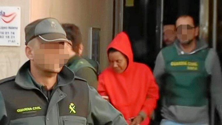 Ana Julia Quezada, saliendo de las dependencias policiales