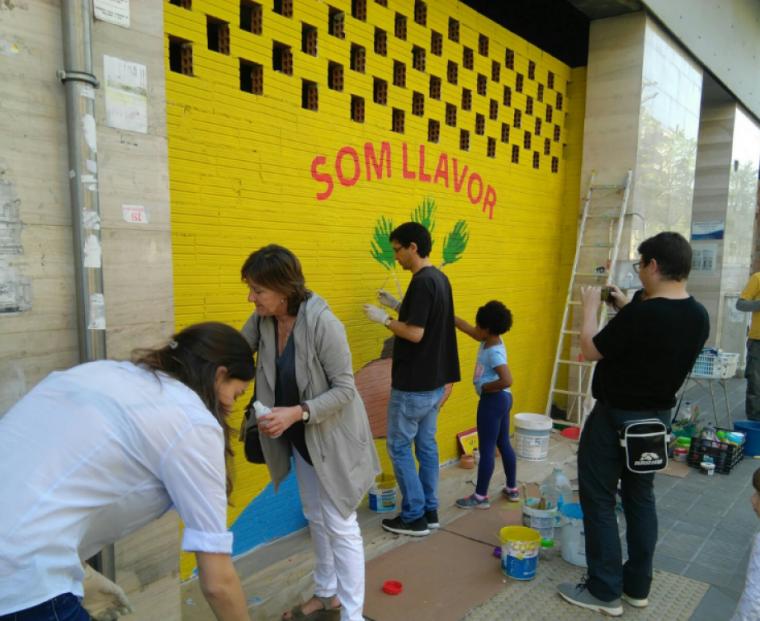Assistents pintant el mural