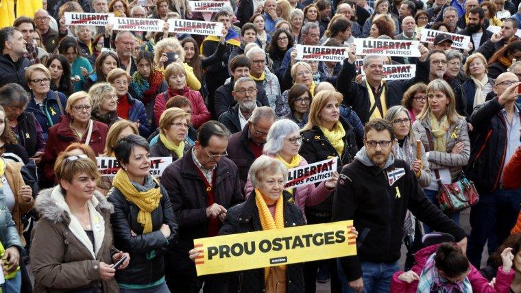 Diversos assistents al concert per la llibertat, a Tarragona, alçant cartells demanant «Llibertat presos polítics» i «Prou Ostatges».