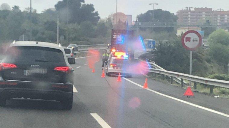 El camió s'ha avariat al pas de l'A-7 per la ciutat de Tarragona.
