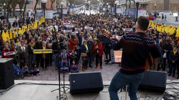 El concert per la llibertat celebrat a Tarragona, amb el cantant Joan Rovira de cara al públic.
