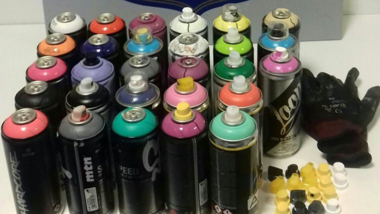 Imatge de diversos pots d'esprai intervinguts per la policia i que van ser utilitzats pels tres grafitters a l'estació de trens de Cervera