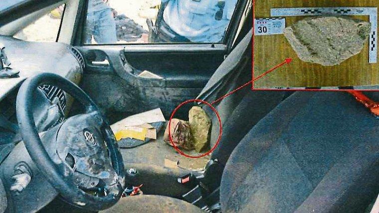 Imatge de l'interior de l'Opel Zafira de Marc i Paula, amb la pedra que els investigadors van trobar a l'accelerador