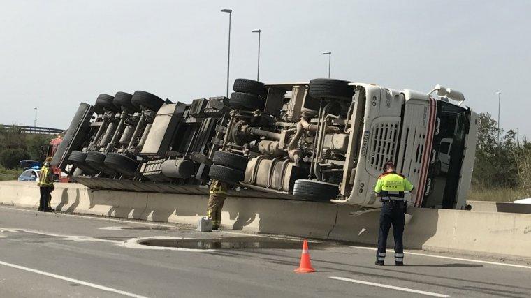 Imatge del camió bolcat a Vila-seca.