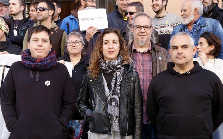 L'activista Santi Fortuny i els regidors de la CUP, Laia Estrada i Jordi Martí.